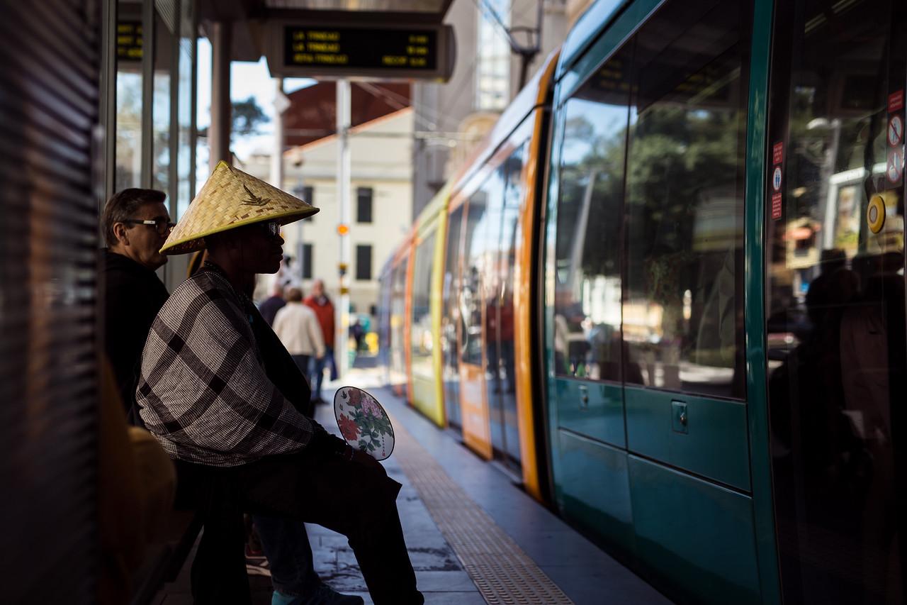 Un hombre viste un sombrero oriental en una de parada de Tranvía durante la segunda jornada del Carnaval de día de Santa Cruz de Tenerife. Sábado, marzo 4, 2017 (Andrés Gutiérrez/Diario de Avisos)