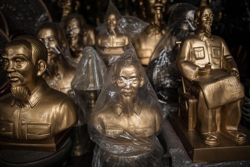 Hay una importante activdad de venta de esculturas de metal macizas esculpidas por artesanos de Dai Bai. Se esculpen muchos bustos o estatuas de Ho Chi Minh, el que fuera el presidente de Vietnam del Norte, pues casi todas las familias guardan la imagen del líder en sus casas. (Andrés Gutiérrez/El País - Planeta Futuro)