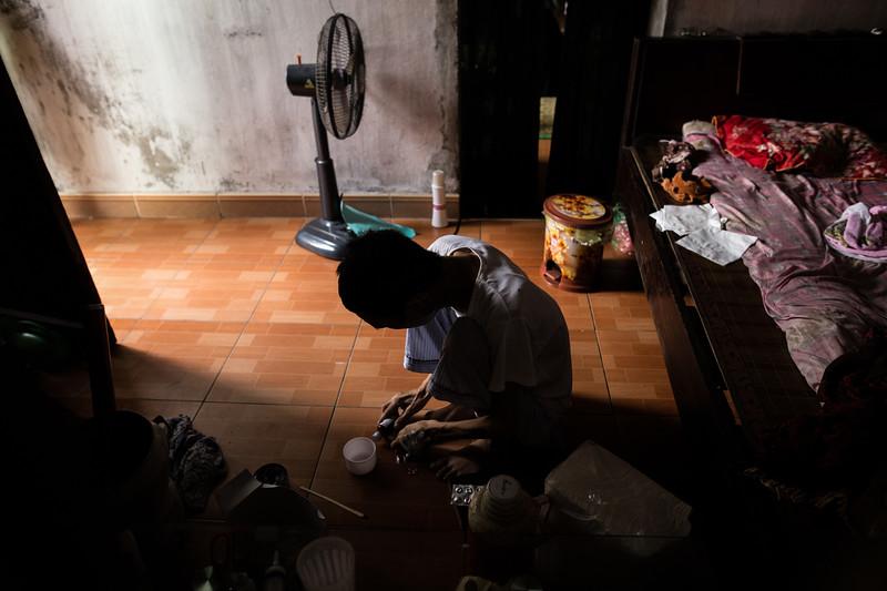 Nguyen Van Sinh (50) se encuentra en la fase terminal de la enfermedad. Ha pasado un año desde que le detectaron cáncer de lengua. Su mujer Hoang Thi Lien se encarga de cuidarlo pues no se pueden permitir pagar su ingreso en un hospital. Trabajaron juntos durante treinta años en el fundido y procesado de distintos metales y sus cuatro hijos se dedican a lo mismo en la actualidad. Según Hoang Thi Lien, aunque el trabajo pueda haber influido en la enfermedad de su marido, no hay más futuro en Dai Bai que el metal. (Andrés Gutiérrez/El País - Planeta Futuro)