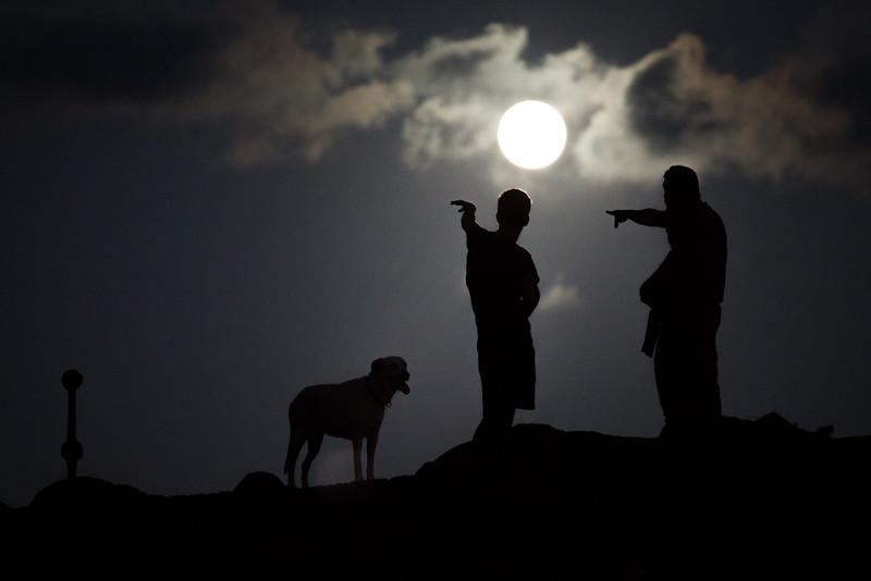 Dos hombres y su perro observan la super luna del año 2015 desde la playa de las Teresitas ubicada en el pueblo costero de San Andres en Santa Cruz de Tenerife, Canarias, España. Domingo, septiembre 27, 2015. (Andrés Gutiérrez/Diario de Avisos)