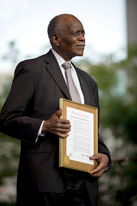 Hank Jones awarded the 2009 Jazz Guardian Award.