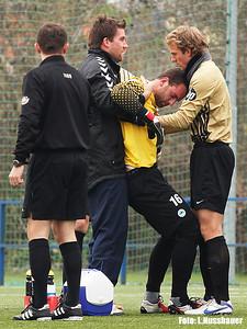 Hostující gólman Kovář byl v prvním poločase dlouho ošetřován po srážce s plzeňským Krmenčíkem,...
