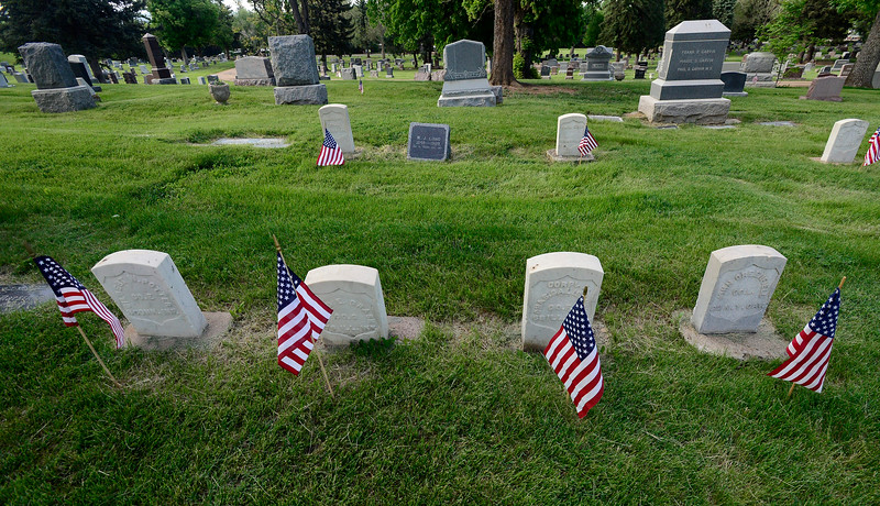 FLAGS ON GRAVES