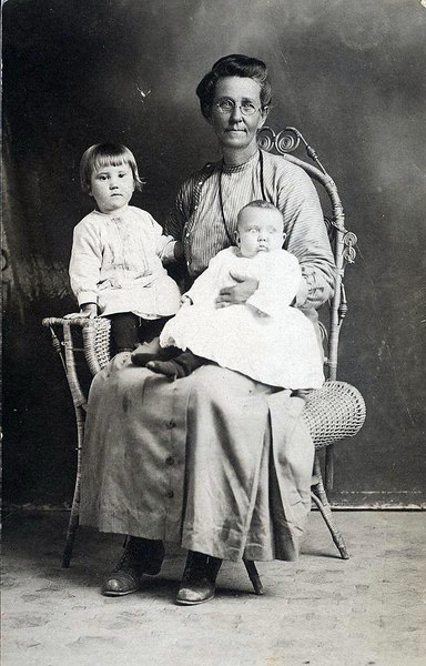 Jennie Smith with grand-daughters.  Pansy on left and Virginia on right in 1916. (Photo provided Lynden (Amyx) Johnson)