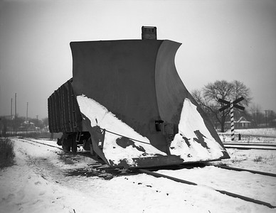 2009.026.17.8606--ritzman 4x5 negative--CMStP&P--snow plow X-900194--Aurora IL--1945 1223. East of depot.