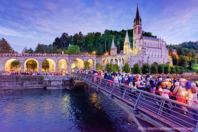 LOURDES. Reportage réalisé pendant le Pèlerinage National du 13 au 19 août 2019. Procession au flambeaux dans sanctuaire Notre-Dame de Lourdes. La procession Mariale du 14 août.
