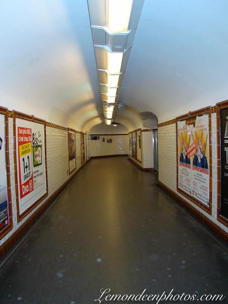 Couloirs, entrées et panneaux du métro