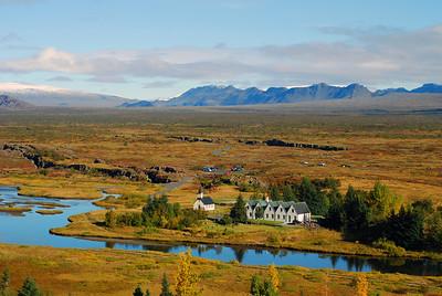 Flosagjá og Nikulásargjá með Spöngina á milli sín. Þingvallakirkja og Þingvallabærinn.