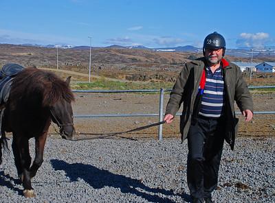 Þormóður teymir hestinn sinn. Berglind Karlsdóttir var myndsmiðurinn.