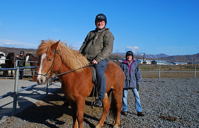 Kominn stoltur á bak. Regína fyrir aftan og Þormóður til vinstri að leggja á sinn hest. Berglind Karlsdóttir á veg og vanda af myndatökunni.