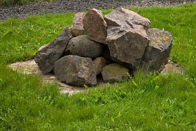 Byrgður brunnur - einn af gömlu brunnum bæjarins leynist þarna undir