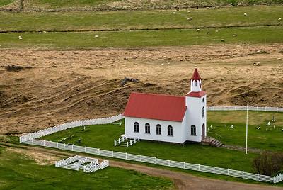 Helgafellskirkja. Leiði Guðrúnar í girðingunni fyrir utan kirkjugarðinn.