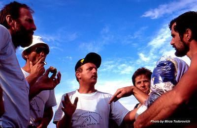 Guys having a chat about climbing as we wait for the helicopter to bring us to Maida Adyr camp. From left: Muhamed Shishic, Muhamed Gafic, Naim Logic, Edin Durmo and climber from Kiev Team.  - Clanovi tima razgovaraju o uslovima na planini dok cekamo helikopter za Maida Adyr kamp. Sa lijeva su: Muhamed Shishic - Hamo, Muhamed Gafic - Gafa, Naim Logic, Edin Durmo i clan Kijevskog tima.