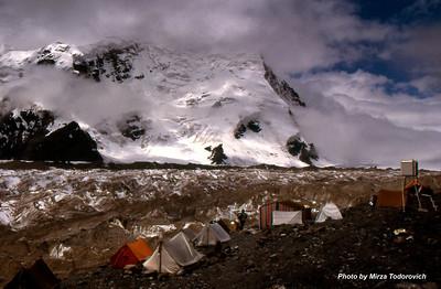Our place, South Inylchek Base Camp on the north moraine. Glacier is covered with soil and rock debris. My tent is next to weather station box, the best view on Peak Pobeda in the tent town.  - Nase malo misto, Juzni Inylchek Bazni Kamp na sjevernoj moreni. Glecer je pokriven kamenjem i dijelovima tla sa okolnih vrhova. Moj sator je pored kutije sa meteoroloskim instrumentima. Najbolji pogled na Pik Pobjedu.