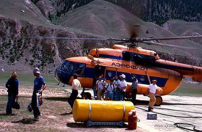 Portable, hard hyperbaric chamber at Maida Adyr heliport.  - Hyperbaric komora na Maida Adyr sletilistu, koristi se tretman alpinista koji imaju tezi slucaj visinske bolesti.