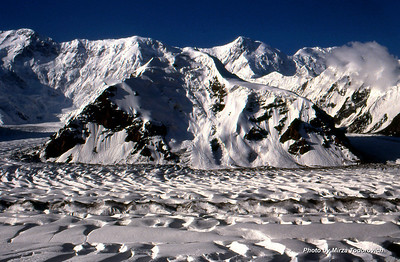 View from our base camp towards mighty ridge of Kokshal Tau. Far left Peak Pobeda (Victory) 7439m, Peak Vaja Pshavela 6918m, Peak Neru 6742m. In the front Peak Diki 4832m. Left of Peak Diki glacier Zvezdochka, right Diki glacier. In the front South Inylchek.  - Pogled iz naseg baznog kampa na mocni greben Kokshal Tau. Lijevo je Pik Pobjeda (7439m), sredina Pik V. Pshavela (6918m) i desno Pik Neru (6742m). U prvom planu, sa druge strane glecera Pik Diki (4832m). Lijevo je glecer Zvjezdocka a desno Diki glecer. U prvom planu je dio glecera Juzni Inylchek.
