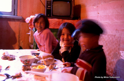 Inside the wooden house we found warm family atmosphere, with the kids finishing their dinner. It was polenta with homemade sour cream, buttermilk and cheese. We tried, and it was just awesome. They watch TV Moscow with antenna turned towards Afghanistan.  - U kuci nas je docekala prijatna porodicna atmosfera, sa dijecom za stolom. zavrsavali su veceru. Bila je polenta (pura) sa domacim kajmakom, kiselim mlijekom i sirom. Sve smo probali, bilo je ukusno. Na televiziji gledaju TV Moskvu sa antenom okrenutom prema Afganistanu.