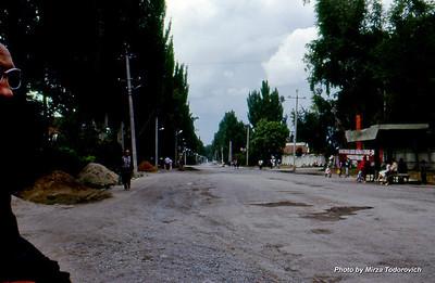 Typical street in Karakol, in the picture is Sieva from Kiev team.  - Tipicna ulica u Karakol-u, na slici lijevo je Sieva, clan Kijevskog tima.