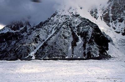 Base Camp South Inylchek is located at the base of the Peak Gorky (6050 m). Some tents are visible on the moraine in the center. We will set up our camp far left in the image.  - Bazni Kamp Juzni Inylchek je lociran u podnozju vrha Gorki (6050m). Na moreni u centru se nalazi centralni bazni kamp za Khan Tengri ekspedicije. Mi cemo postaviti nas Bazni Kamp lijevo.