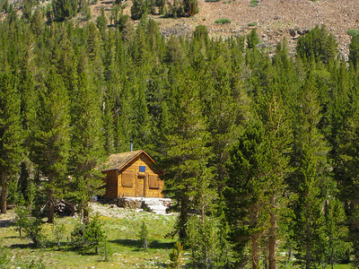 Forest Service cabin at the beginning of the 20 Lakes Basin loop.