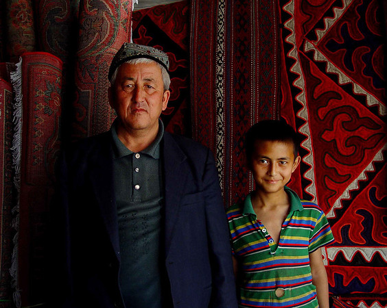 Kashgar rug seller and grandson DSC01936