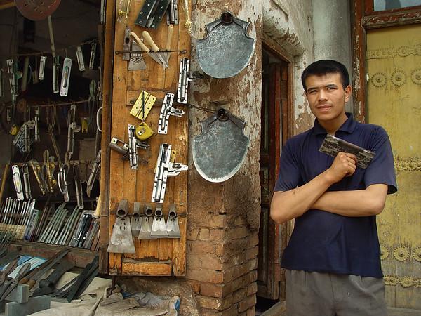 Hinge vendor, Kashgar