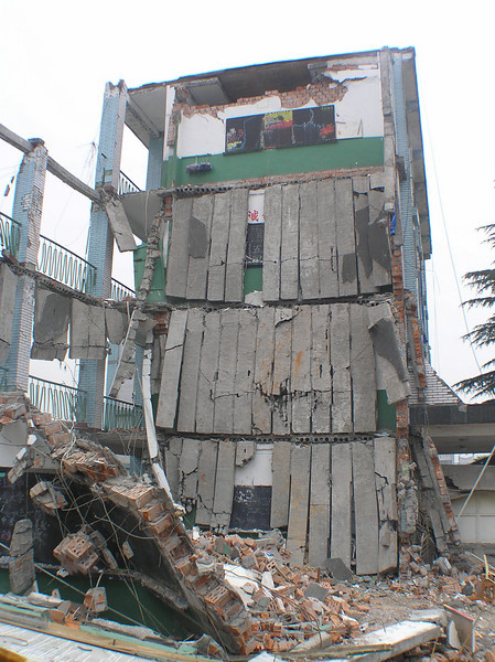 In Hanwang, the Dongqi High School also collapsed.