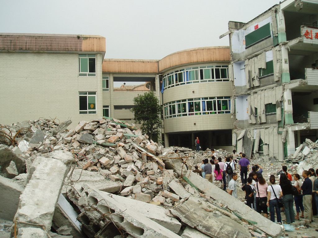 In the city of Dujiangyan, the teaching building of Xinjian Primary School also collapsed and killed hundreds of students.