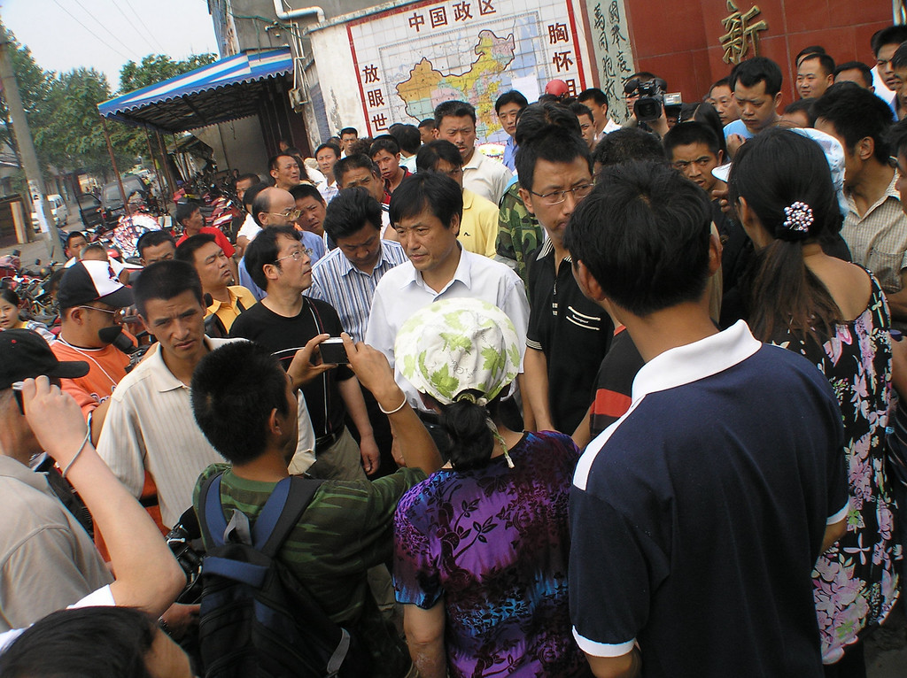 In response to the protesting parents, the Executive Deputy Mayor Zhang Jinming paid a visit to the Fuxin campus and was mobbed by parents and villagers with all kinds of questions.