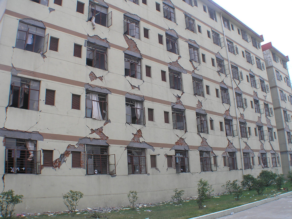The dormitory building of Dongqi High School was severely damaged.