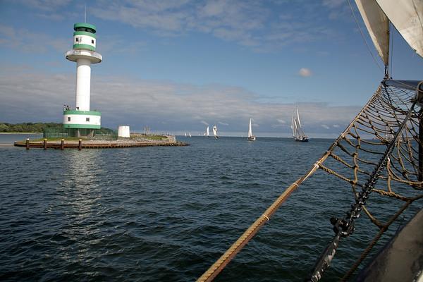 13.09.2008, Kiel, Traditionssegler waehrend der Regatta -Tiessen Race-, der Kurs fuehrt von Kiel nach Kappeln. Das Regattafeld passiert den Leuchtturm Kiel-Friedrichsort.