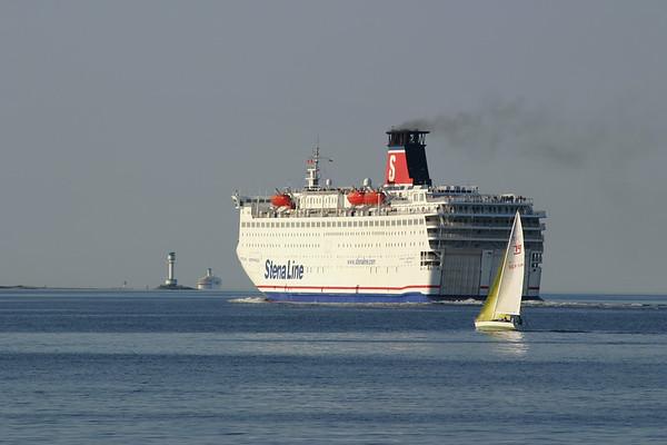 Kiel, Ostsee, eine Faehre der Stena Line verlaesst die Kieler Foerde. Links der Leuchtturm von Friedrichsort.