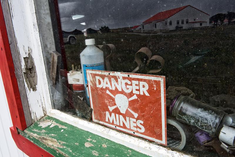 Ancien panneau d'indication d'un champ de mine (datant de la guerre des Malouines) dans une maison de Goose Green/East Falkland/ Iles Falkland (Iles Malouines)