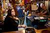 Serveuse du Victory Bar derrière son comptoir/Port Stanley/East Falkland/ Iles Falkland (Iles Malouines)