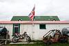 Epaves de moto et de buggy derrière une maison de Goose Green/East Falkland/ Iles Falkland (Iles Malouines)