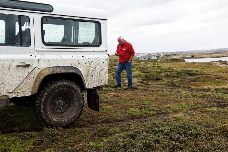 Ken Aldridge cherchant du réseau pour son téléphone cellulaire près de la ferme de Port Louis /East Falkland/ Iles Falkland (Iles Malouines)