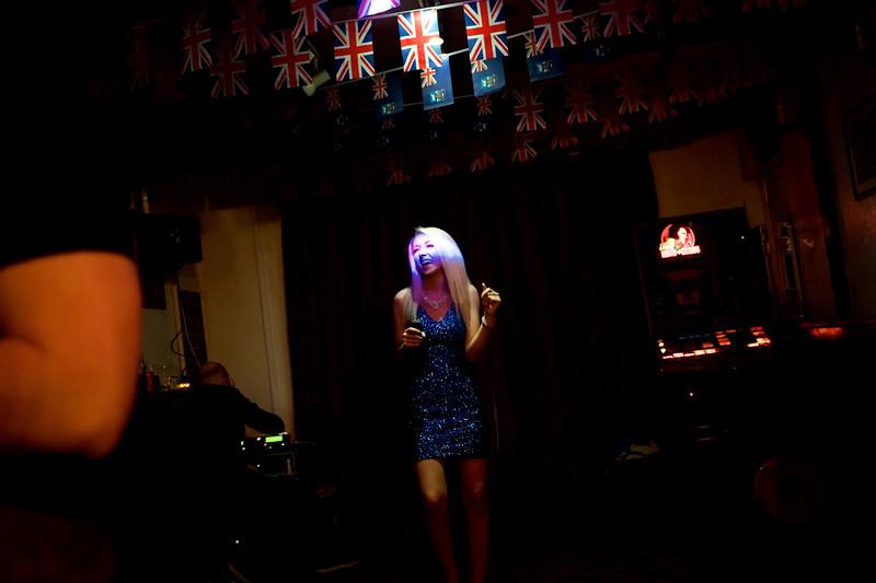 """Kirsten Orsborn (surnommée """"The Forces Sweetheart""""), chanteuse spécialisée dans les récitals dédiés aux forces armées, donnant une représentation au Victory Bar/Port Stanley/East Falkland/ Iles Falkland (Iles Malouines)"""