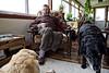 Ken Greenland (militaire à la retraite, spécialiste de la guerre des Malouines) en train de boire son thé en compagnie de ses deux chiens dans sa maison de Darwin/East Falkland/ Iles Falkland (Iles Malouines)