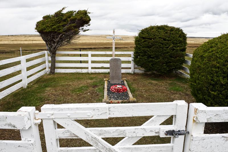 Tombe d'un pilote britannique abattu par les Argentins durant la guerre des Malouines (mai 1982) près de Goose Green/East Falkland/ Iles Falkland (Iles Malouines)