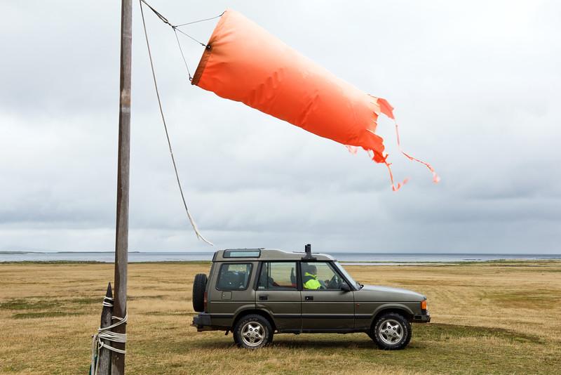 Nikki Summers attendant l'avion en provenance de Port Stanley au bord de la piste d'atterrissage de Carcass Island/ Iles Falkland (Iles Malouines)