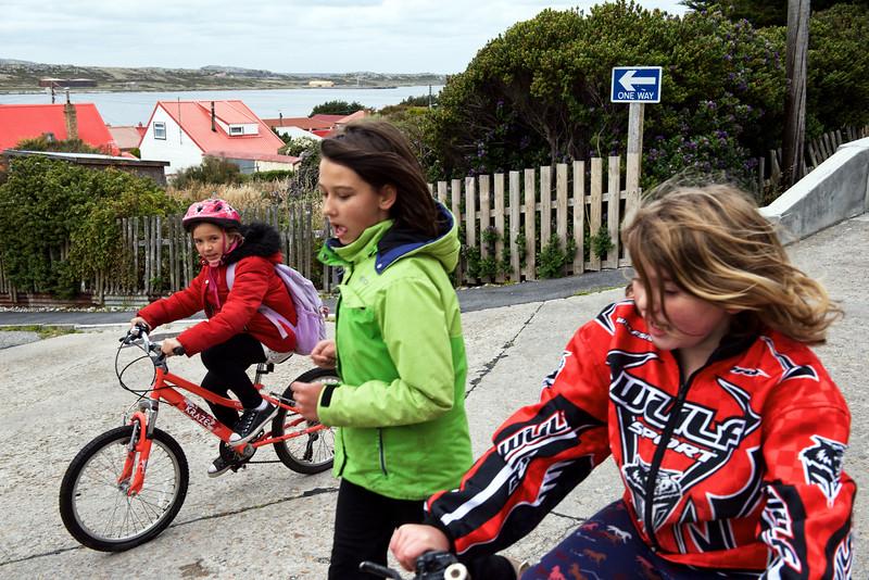 Enfants sortant de l'école à Port Stanley/East Falkland/ Iles Falkland (Iles Malouines)