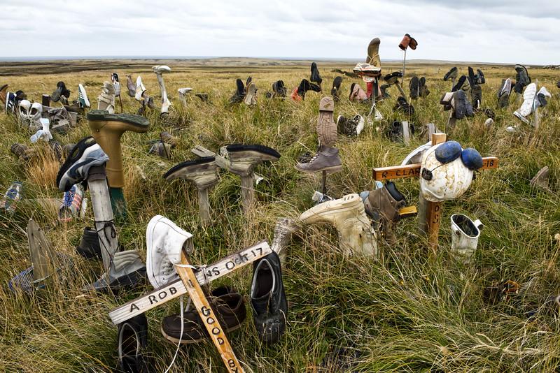 """Le site de """"Boot Hill"""", lieu où les habitants des Falklands laissent traditionnellement une chaussure lorsqu'ils doivent quitter l'archipel. Port Stanley/East Falkland/ Iles Falkland (Iles Malouines)"""