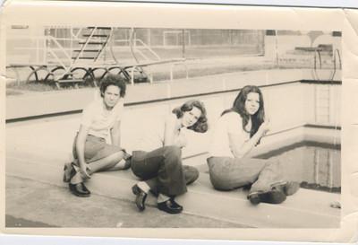 Natal 1976 ?, Ruth Beato Coelho e Paula Costa  Nesta altura a piscina ja' nao era cheia completamente
