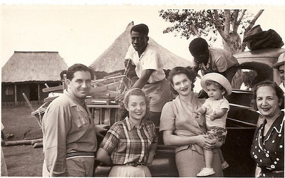 Drº Santos David, Maria João Santos David, Maria Joana Bethencour Martínez de Almeida Santos,  com o Márito ao colo, e a avó Júlia Almeida Santos. Andrada, 1954.