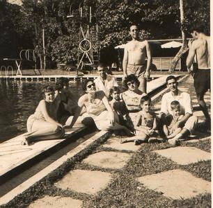 Piscina do Dundo/1960 Vanda e Isa Rosendo, Familia Madeira Rosa (ao meio de trancinhas a Ana Madeira Rosa) e...???