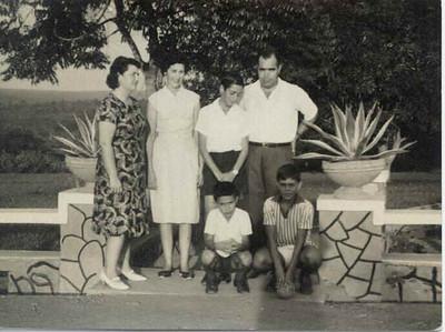 """Micaela Caldas e filho Carlos com a familia Flausino na entrada para os """"Macacos"""""""