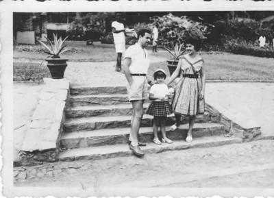 Familia Josefa em frente aos armazens