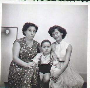 D. Emília Aires Marques e filho Carlos, e Maria do Anjos ( Simões)