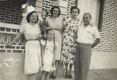 Sombo - Maio 1951;  Da esq. para a dir. : Renato Sobral e irmãs Zenaida e Lita, com a mãe e a irmã Paula (ao colo muito atenta às  macaquices do mano Renato), o casal Calçada ( pais da Amelia Mendonca e avos da Janeca, Ze' Joao e Miguno)
