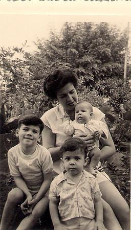 Cossa 1953 Sra. Aragao e Brito e filhos: Ricardo, Luísa e Luís Aragão e Brito